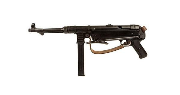 装备武器:伏击连;弹药:帕拉贝鲁姆手枪弹;防护装备:M40钢盔 伏击连通常用来执行突击、抢滩、深入敌后或其他特殊任务的部队,装备二战中最精良的冲锋枪MP40,战斗力很强,能在各种高风险状况下完成任务。 MP40冲锋枪采用自由枪机式原理,使用9毫米口径手枪弹,直型的32发弹匣供弹。管状机匣,裸露式枪管。握把护板均为塑料件。用钢管制成的造型简单的折叠式枪托,向前折叠到机匣下方,方便于携带。枪管座钩状形状可由装甲车的射孔向外射击时钩住车体,避免因后座力或者因车辆颠簸使枪管退回到车体内。该枪结构简单设计精良,枪